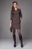 Bella giovane donna di affari con trucco di sera che porta un vestito e le scarpe a tacco alto e una piccola borsa nera, aff Fotografie Stock Libere da Diritti