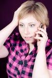 Bella giovane donna sorpresa sul telefono mobile Fotografia Stock