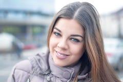 Bella giovane donna sorridente all'aperto immagine stock