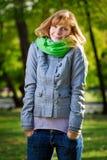 Bella giovane donna sorridente alla sosta Fotografia Stock Libera da Diritti