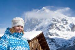 Bella giovane donna sorridente Alpi svizzere all'inverno Fotografie Stock