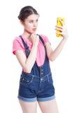 Bella giovane donna sorridente che prende l'immagine del selfie immagini stock libere da diritti
