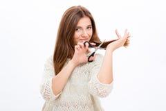 Bella giovane donna sorridente che taglia i suoi capelli Fotografia Stock