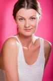 Bella giovane donna sorridente con il fronte sano e la pelle pulita Immagini Stock