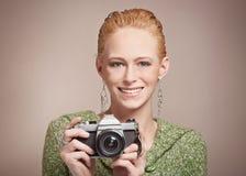Donna con la macchina fotografica dell'annata Fotografie Stock Libere da Diritti