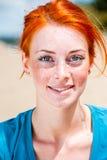 Bella giovane donna sorridente felice della testarossa Immagine Stock Libera da Diritti