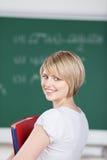 Bella giovane donna sorridente in istituto universitario Immagini Stock Libere da Diritti