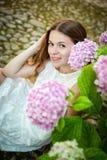 Bella giovane donna sorridente nei giardini di Alfabia fotografia stock libera da diritti