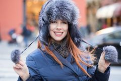Bella giovane donna sorridente nel concetto all'aperto di inverno di orario invernale immagine stock libera da diritti