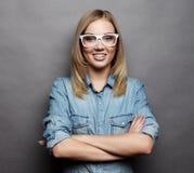 Bella giovane donna sorridente Sopra fondo grigio fotografie stock libere da diritti