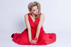 Bella giovane donna sorridente in un vestito rosso su un backgrou bianco Fotografie Stock