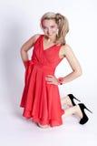 Bella giovane donna sorridente in un vestito rosso su un backgrou bianco Fotografia Stock Libera da Diritti