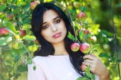 Bella giovane donna in sosta Fotografia Stock Libera da Diritti