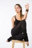 Bella giovane donna sportiva che si siede in Gomukhasana, posa di Cowface, posizione del laccetto di yoga del yin, asana per l'al Immagini Stock