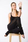 Bella giovane donna sportiva che si siede in Gomukhasana, posa di Cowface, posizione del laccetto di yoga del yin, asana per l'al Immagine Stock