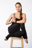 Bella giovane donna sportiva che si siede in Gomukhasana, posa di Cowface, posizione del laccetto di yoga del yin, asana per l'al Fotografia Stock Libera da Diritti