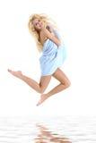 Bella giovane donna spostata in un tovagliolo Fotografia Stock