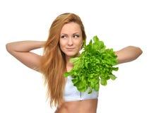 Bella giovane donna stante a dieta di concetto sulla dieta con alimento sano Fotografia Stock Libera da Diritti