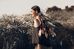 Bella giovane donna su un campo Concetto sano di stile di vita Fotografie Stock Libere da Diritti