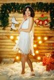 Bella giovane donna sui precedenti delle luci, umore ballante di Natale immagine stock