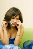 Bella giovane donna sul telefono. Fotografie Stock