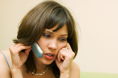 Bella giovane donna sul telefono. Fotografia Stock