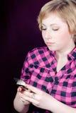 Bella giovane donna sul telefono mobile che texting Immagini Stock Libere da Diritti