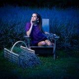Bella giovane donna sulla ragazza di lavanda del campo del lavander al crepuscolo - Immagine Stock