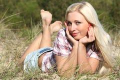 Bella giovane donna sulla sabbia Fotografie Stock