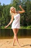 Bella giovane donna sulla spiaggia fotografia stock libera da diritti