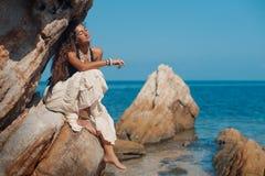 Bella giovane donna sulla spiaggia Immagini Stock Libere da Diritti