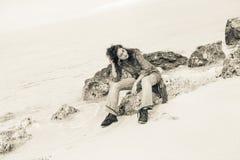 Bella giovane donna sulla spiaggia a tempo tempestoso Fotografia Stock Libera da Diritti