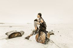 Bella giovane donna sulla spiaggia a tempo tempestoso Immagine Stock
