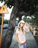 Bella giovane donna sulla via Immagini Stock