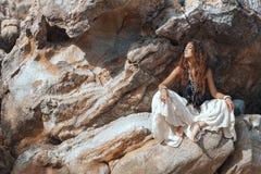 Bella giovane donna sulle rocce Immagini Stock Libere da Diritti