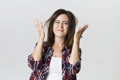 Bella giovane donna turbata castana isolata su backgroun bianco immagine stock