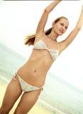 Bella giovane donna in un bikini sulla b Fotografia Stock