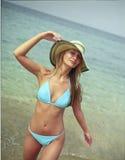 Bella giovane donna in un cappello in mare Immagini Stock