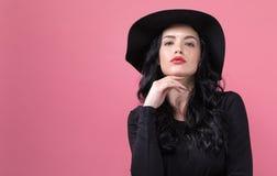 Bella giovane donna in un cappotto alla moda fotografia stock