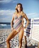 Bella giovane donna in un costume da bagno di un pezzo Fotografia Stock Libera da Diritti