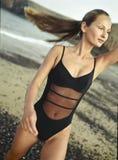 Bella giovane donna in un costume da bagno, esercitazione Immagine Stock Libera da Diritti
