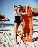 Bella giovane donna in un costume da bagno sulla spiaggia Fotografia Stock