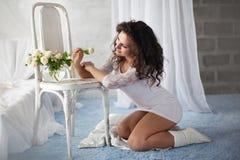 Bella giovane donna in un interiore bianco Fotografie Stock
