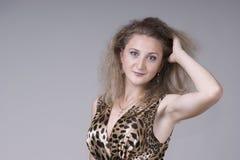 Bella giovane donna in un vestito fotografia stock libera da diritti