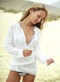 Bella giovane donna in una camicia bianca Fotografia Stock Libera da Diritti