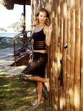Bella giovane donna in una camicia nera e in un pareo Immagini Stock Libere da Diritti