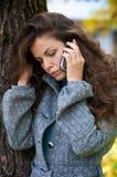 Bella giovane donna in una sosta di autunno Immagine Stock