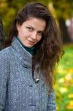 Bella giovane donna in una sosta di autunno Fotografia Stock Libera da Diritti