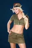 Bella giovane donna in vestiti militari Immagini Stock Libere da Diritti