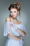 Bella giovane donna in vestito bianco Fotografie Stock